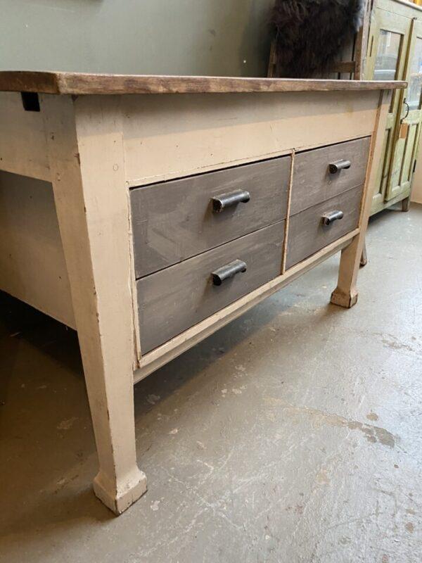 Oude houten ladekast