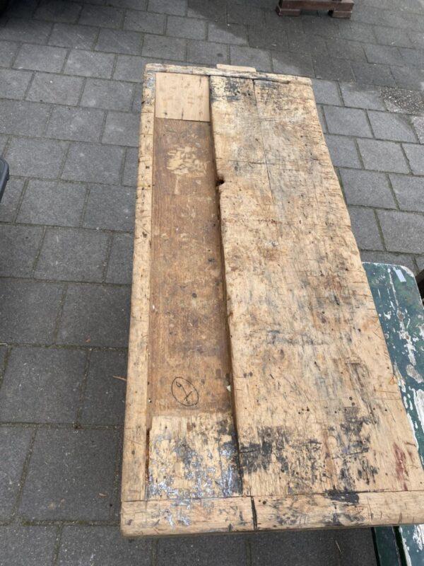Kleine houten werkbank met schroef