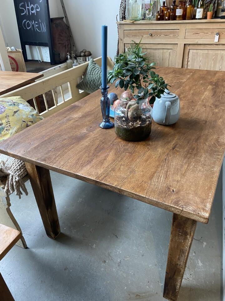 Grande vecchio tavolo da pranzo in legno con vecchi ...