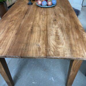 Grote oude houten eettafel met oude verbindingen