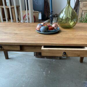 Oude houten tafel met mooi blad en 2 laden