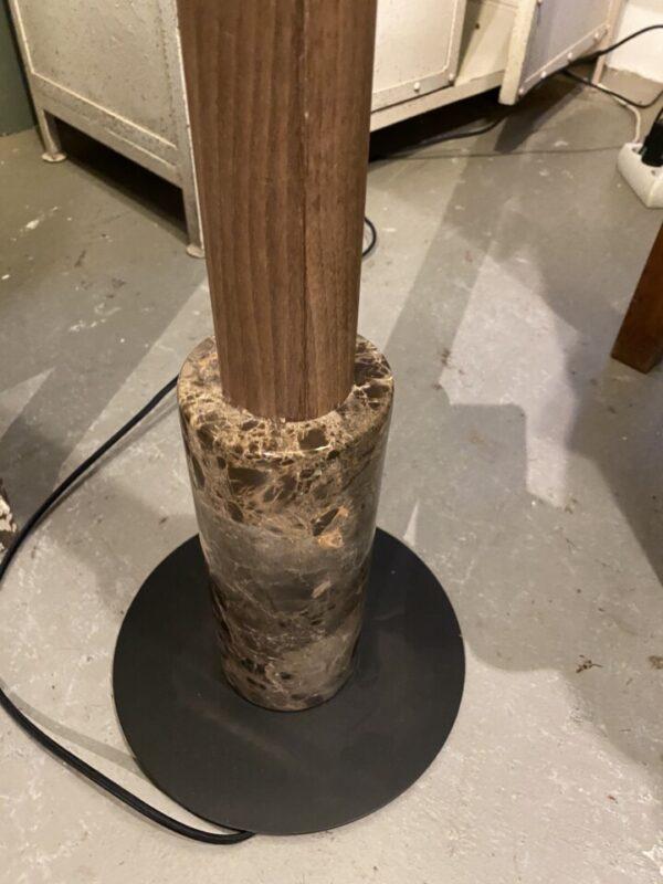Houten staande lamp met grote bruine kap