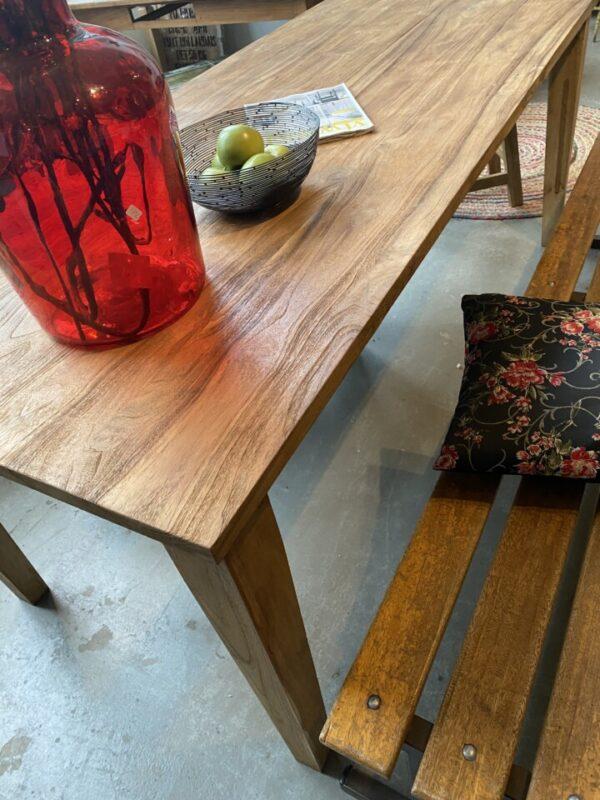 Oude houten tafel met mooi blad en oude verbindingen