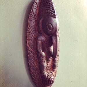 Mooi houten beeld van voor aan de muur