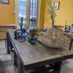 Bancada de trabalho larga de madeira velha e bonita e robusta com parafuso