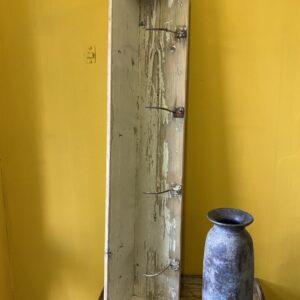 Oude houten kapstok