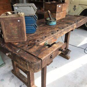 Oude houten werkbank met mooie patina en schroef