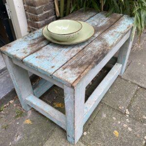 Oude houten blauwe bijzettafel