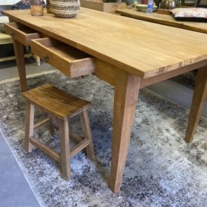 Oude houten tafel met 2 laden