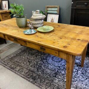 Oude antieke houten Franse tafel met 3 laden