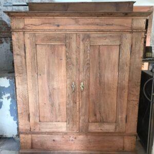 Oude houten grote tweedeurs kast met laden