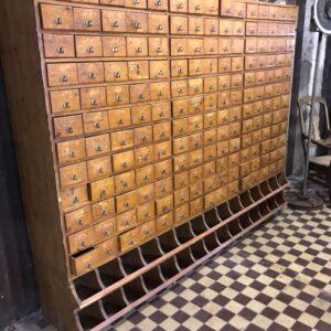 Grote oude houten ladenkast