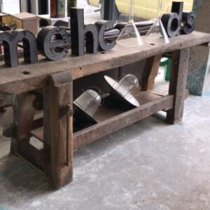 Oude houten lange werkbank met schroef en opbergruimte